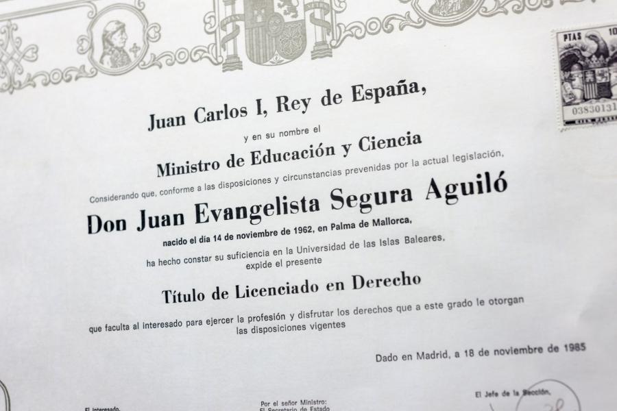 Titulo de derecho por la Universidad de les Illes Balears